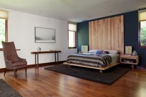 chambre-coucher-moderne-déco-murale-bois-parquet-fauteuil-élégant-tapis-noir