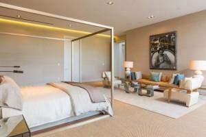 chambre-coucher-moderne-lit-baldaquin-éclairage-encastré-canapé-fauteuils-lampes-blanches